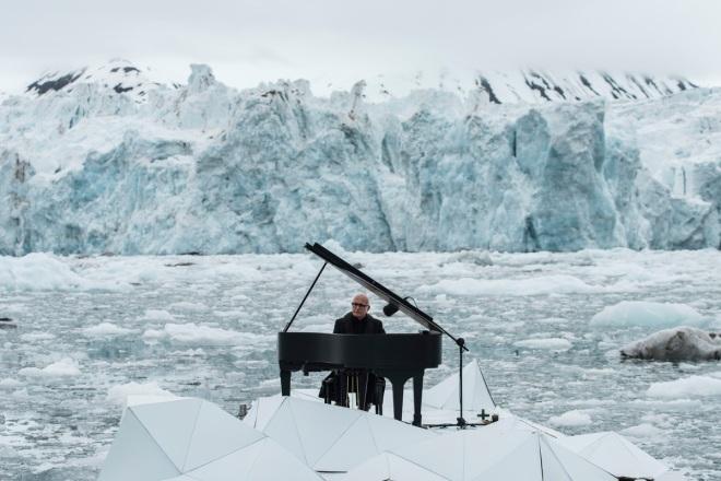 Composer and Pianist Ludovico Einaudi Performs in the Arctic Ocean Greenpeace organiza un concierto historico con el pianista Ludovico Einaudi en el oceano çrtico para pedir su proteccion.